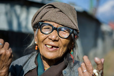 Portrait de femme tibétaine âgée portant des lunettes Nepal / Portrait of elderly Tibetan woman wearing glasses Nepal