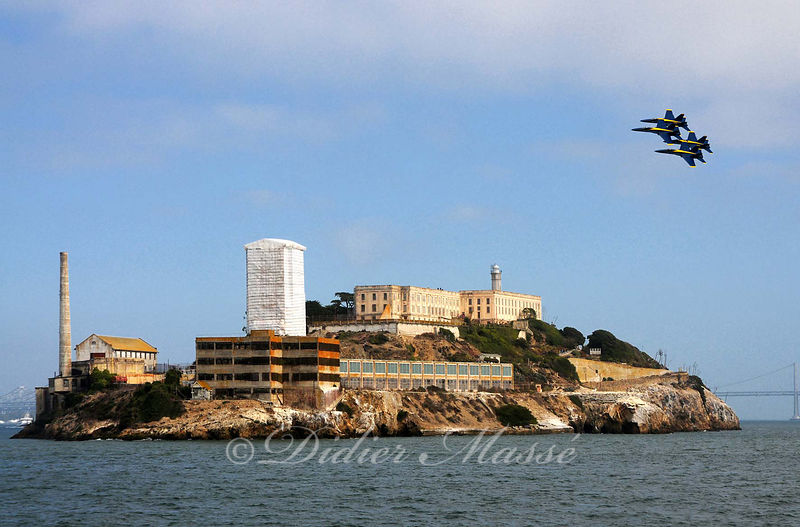 Patrouille de la Marine Américaine (Les Blue Angels) survolant Alcatraz San Francisco Californie USA 10/12