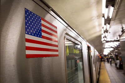 Drapeau américain sur une rame de métro, Manhattan, New York, USA / American flag on a subway train, Manhattan, New York, USA