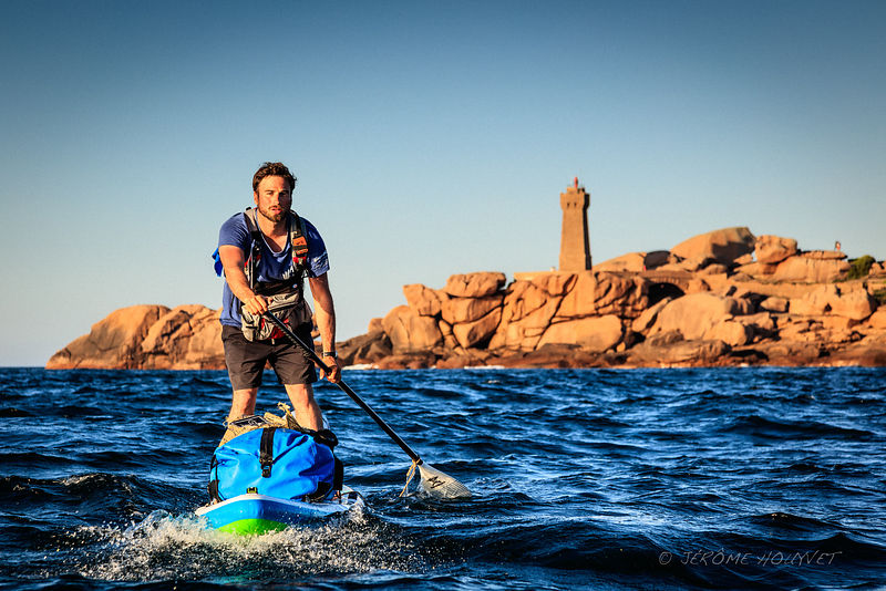 Julien Moreau pendant son tour de Bretagne en Stand-Up Paddle