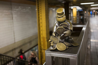 Sculpture en bronze de Tom Otterness dans le métro à New York / Bronze sculpture of Tom Otterness on the subway in New York