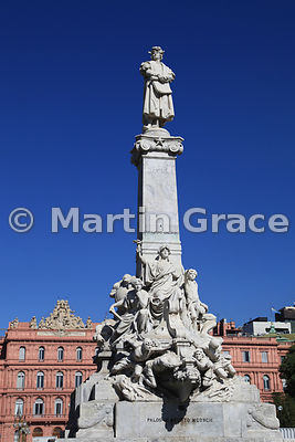 Statue of Christopher Columbus (Cristoforo Colombo) in Buenos Aires, Argentina, sunlit with the Casa de Gobierno (Government ...