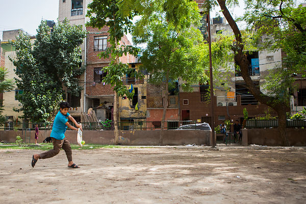 Kishan, 12 ans joue au cricket et a le rôle du batteur, Kathputli Colony, Delhi, Inde / Kishan, 12 years-old, plays cricket a...