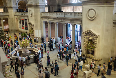 Foule de personnes sortant du Metropolitan Museum of Art de New York, USA / Crowd of people coming out of the Metropolitan Mu...