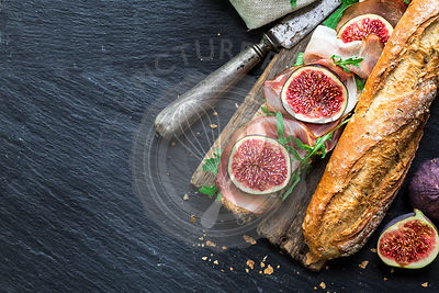 Sandwich with figs and prosciutto