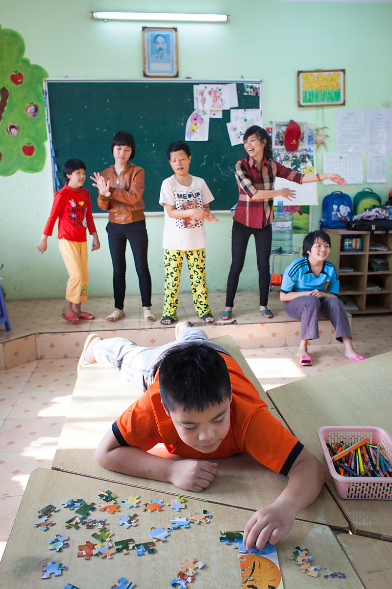 En classe 2 certains enfants arrivent à faire des puzzles comme Ben, Hanoi, Vietnam / In class 2 some children get to do puzz...