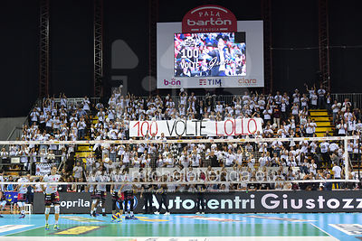 """100 Volte Lollo"". striscione dei Sirmaniaci per la 100ª presenza in panchina."