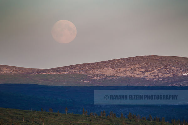 The full Moon rises above the Kiilopää fell as soon from the Kaunispää fell