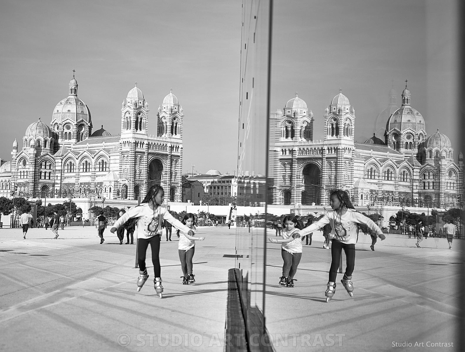 marseille_reflet_muceum_cathedrale_major_fille_roller_black_tresse_BNW_low