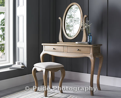 Dressing_table_with_mirror