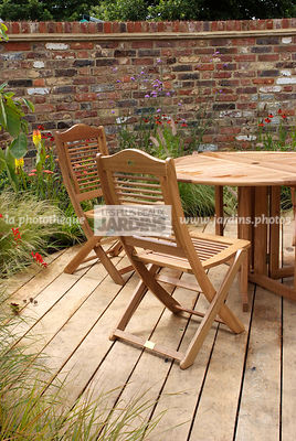 Meuble de jardin : table et chaise. Designer : Mike Harvey. Hampton Court. Angleterre