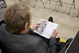 Man leest over honden tijdens hondenshow | Man reads book about dogs during dogshow