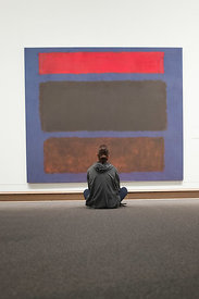 Jeune homme assis devant une peinture d'art moderne au Metropolitan Museum of Art de New York, USA / Young man sitting in fro...