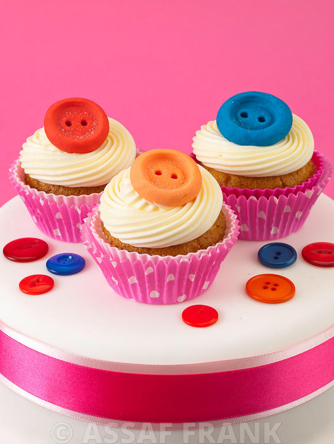 Cake with button cupcakes