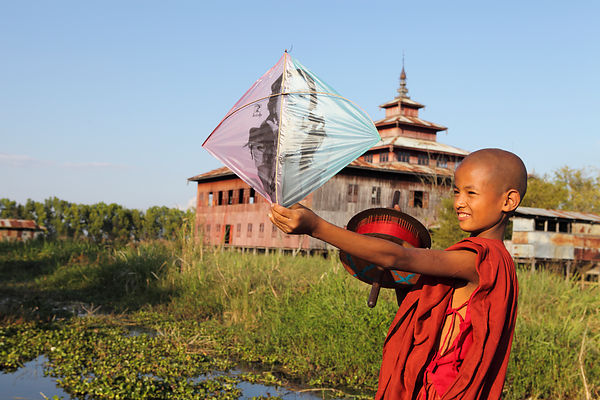 Nahosu, 8 ans, Jeune moine jouant avec son cerf-volant et monastère sur pilotis, Nyaungshwe, Birmanie / Nahosu, 8 years old, Young monk playing with his kite and monastery on stilts, Nyaungshwe, Burma