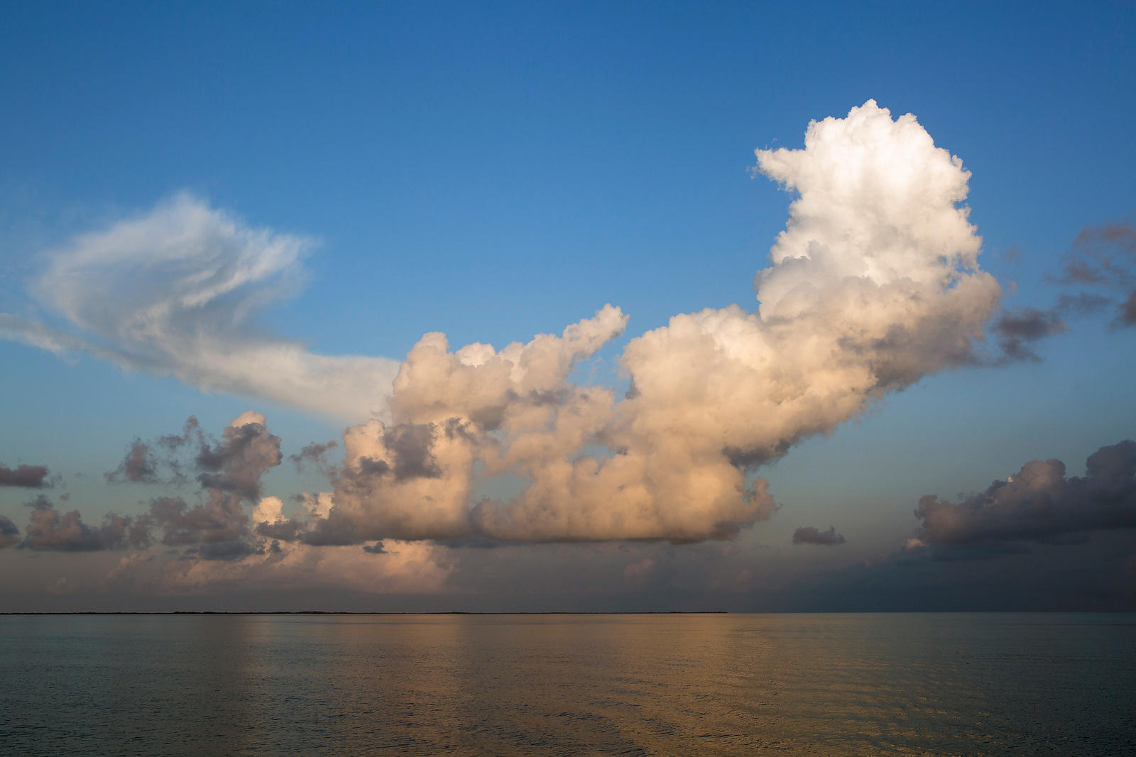 Nuages au dessus d'une mer calme à l'aube et ilot appelé Cayo, Cuba / Clouds above a calm sea at dawn and island called Cayo,...