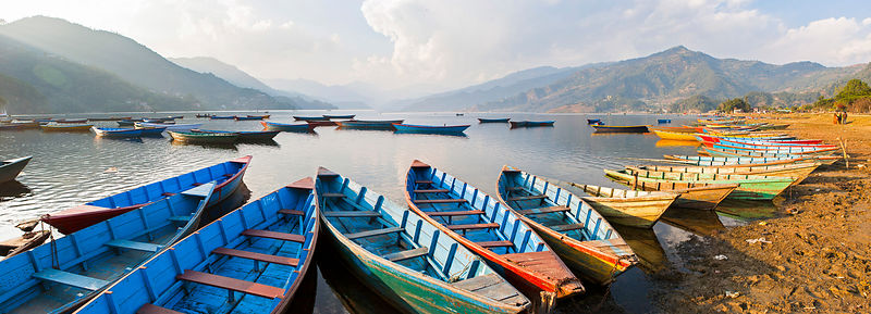 Panoramique du lac Phewa et ses barques à Pokhara, Népal / Panoramic view of Phewa Lake and boats in Pokhara, Nepal