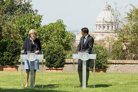 Matteo Renzi con Theresa May