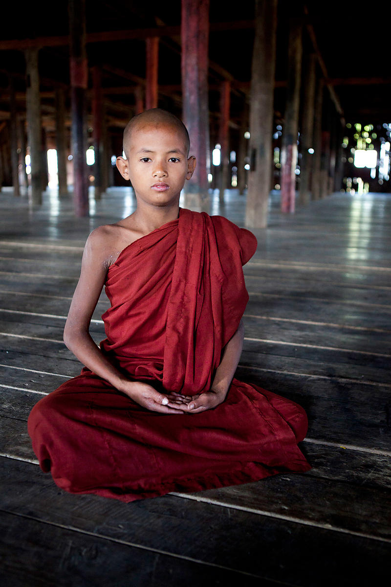 Nahosu, 8 ans, moine novice, en position de méditation dans le monastère, Nyaungshwe, Birmanie / Nahosu, 8 years old, novice monk, in position of meditation in the monastery, Nyaungshwe, Burma