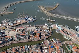 Luchtfoto - Harlingen haven en havenmond