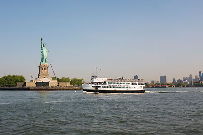 Statue de la liberté et ferry, Liberty Island,  New York, USA / Statue of Liberty and Ferry, Liberty Island, New York, USA