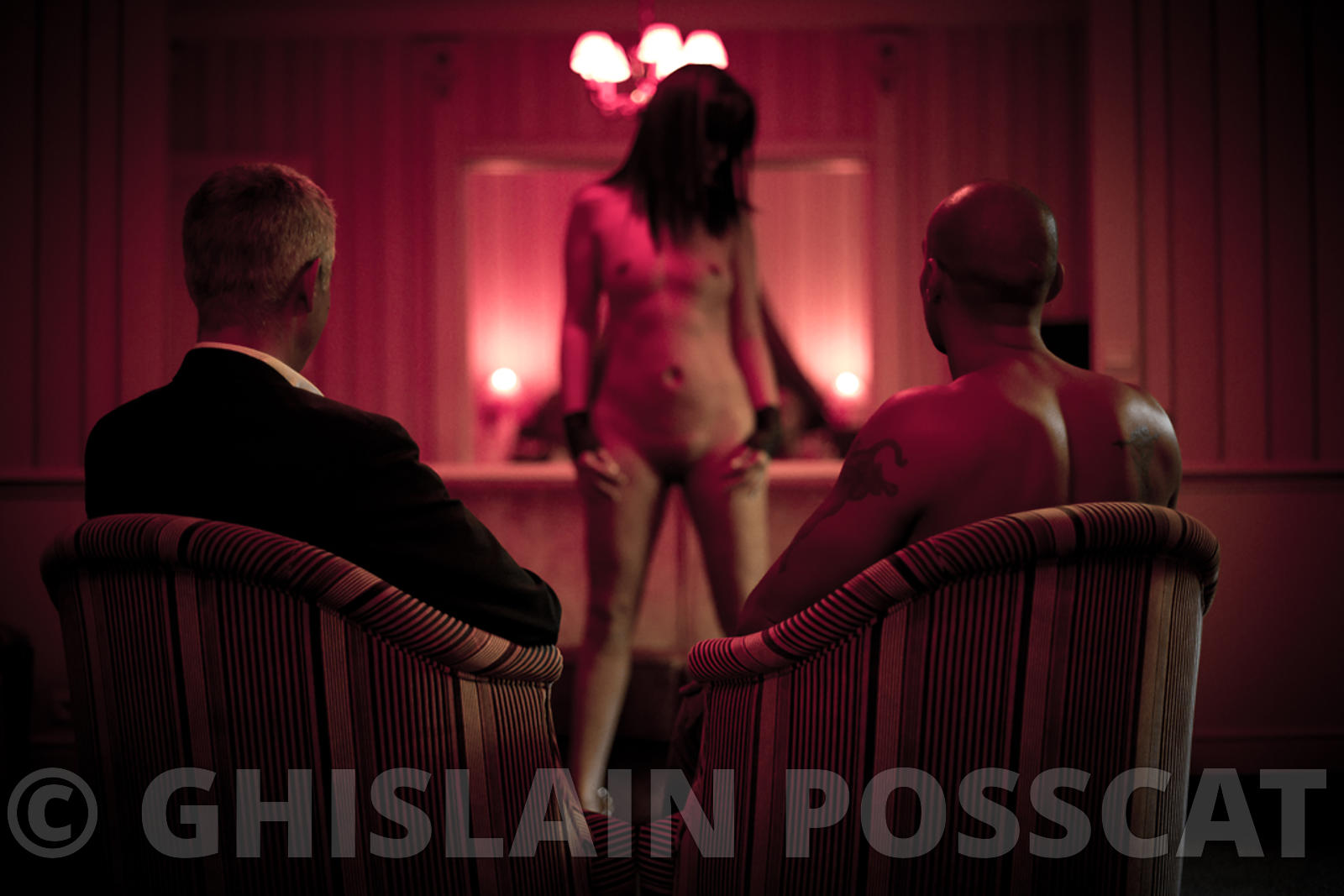 Photo bdsm - couple photo sm,  - photo fetish - photographe fetish, photographe bdsm - 2 hommes regardent une femme nue eroti...