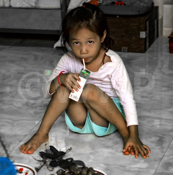 _W_P7253-Cambodia-little-girl-drinking-with-straw