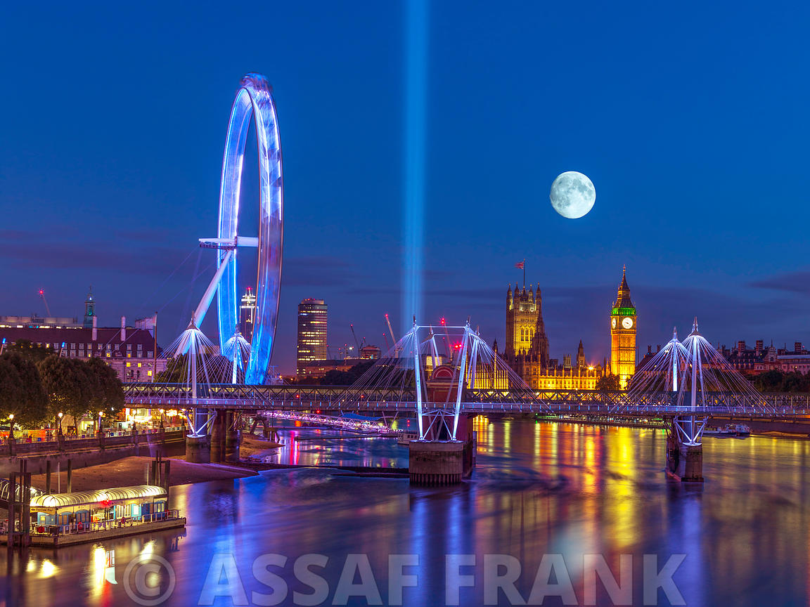Night view of the London Eye, Golden Jubilee bridge and Westminster, London, UK