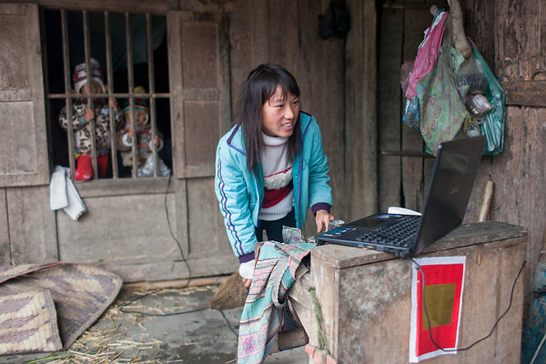 Femme mettant un film sur Youtube pour ses enfants, Bac Ha, Vietnam / Woman putting a movie on Youtube for her children, Bac ...