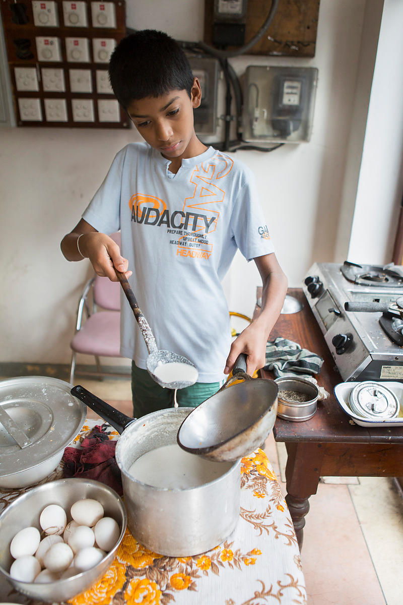 Sachita, 11 ans fait cuire un hopper, Kandy, Sri Lanka / Sachita, 11 years old cooks a hopper, Kandy, Sri Lanka