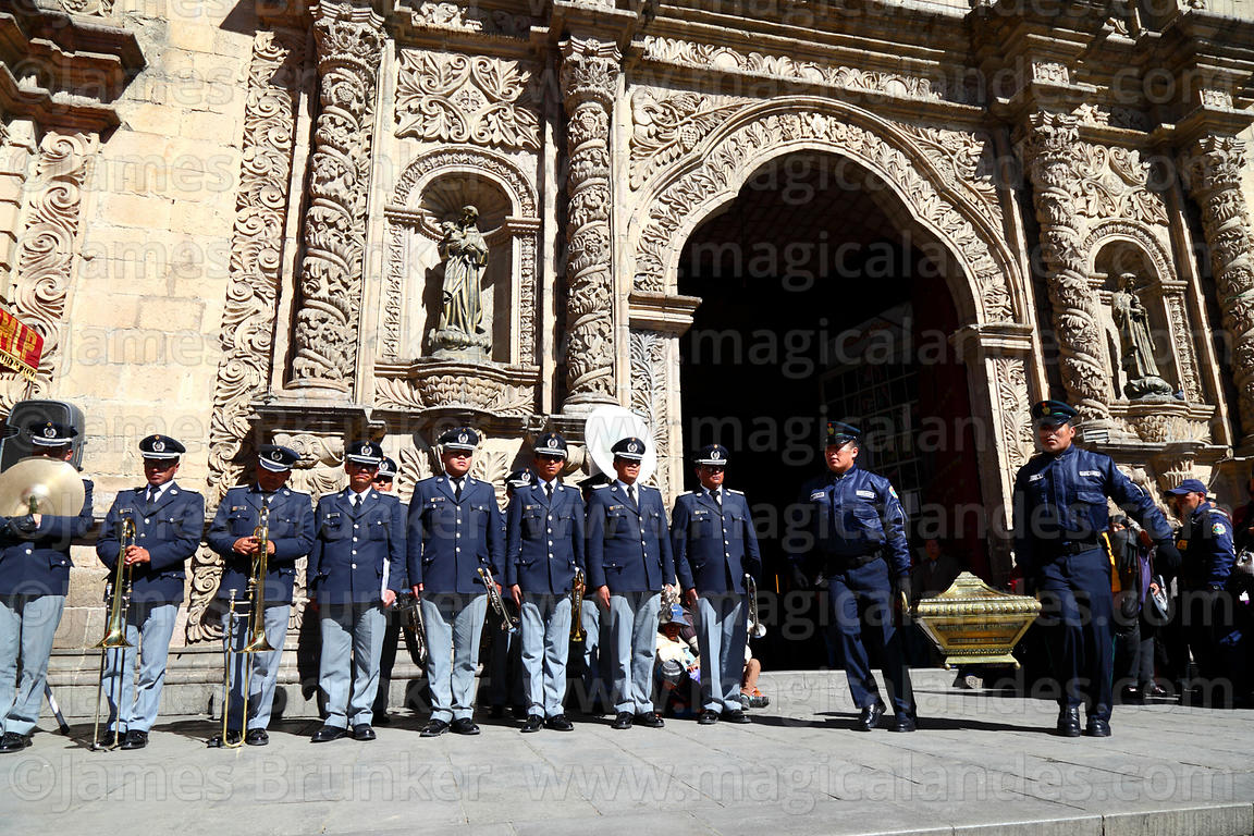 Members of the national guard carry caskets with remains of the members of the Junta Tuitiva out of San Francisco church afte...