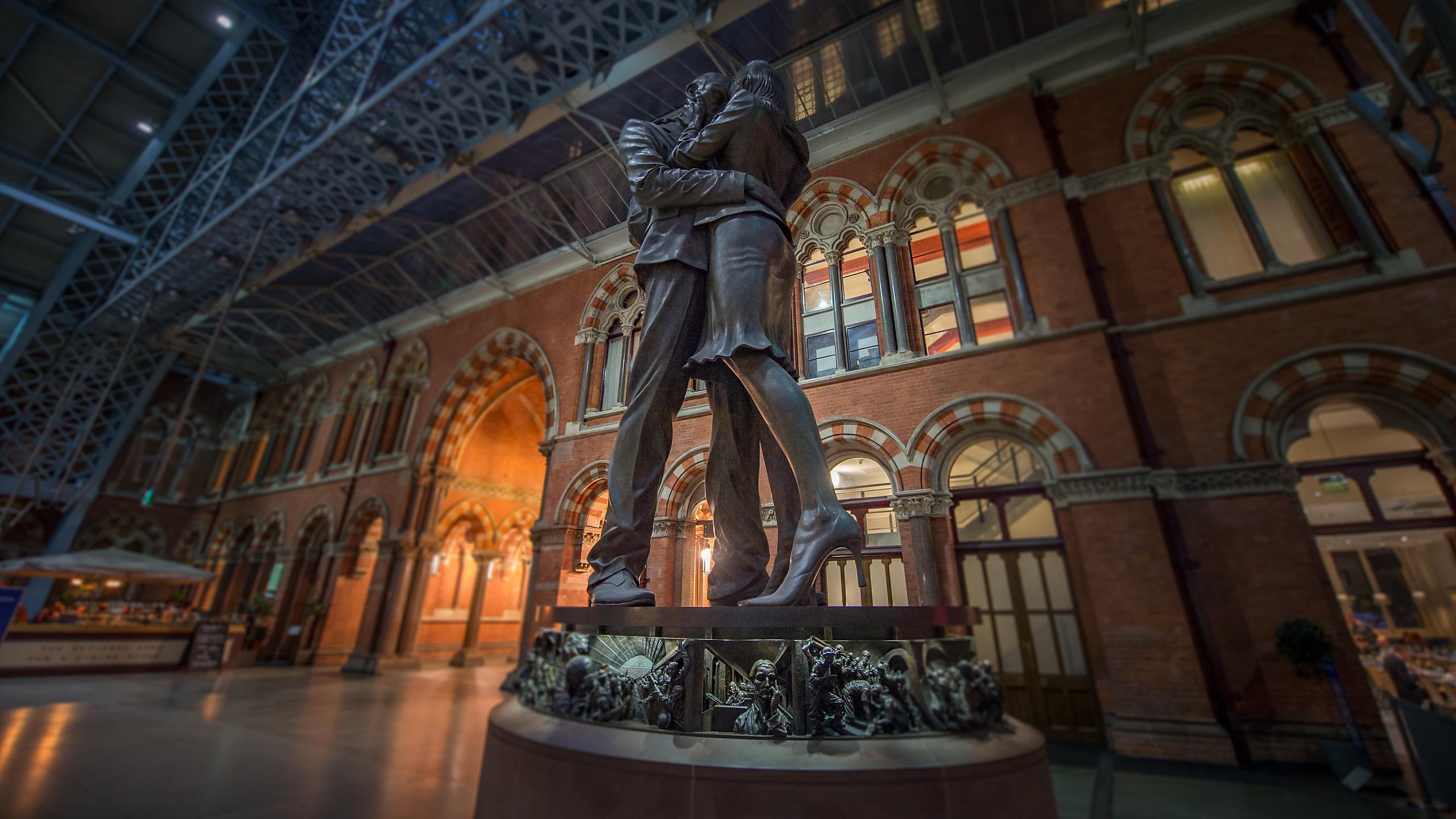 """The Lovers"" Statue at St Pancras Station Concourse"