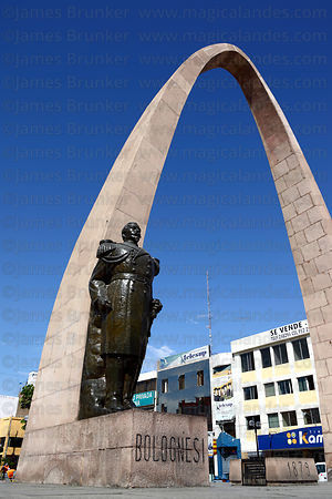 Arch of the Heroes and statue of Colonel Francisco Bolognesi , Plaza de Armas , Tacna , Peru