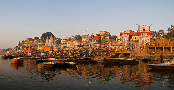 INDIA, UTTAR PRADESH, BENARES, PEOPLE BATHING AND PRAYING IN GANGA RIVER