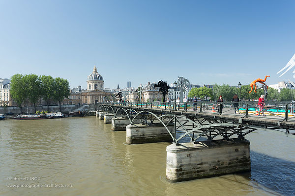 Pont des arts et Institut de France à Paris.