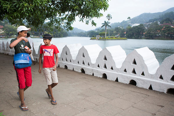 Sachita, 11 ans discute avec son frère Kavisha, 13 ans devant le lac de Kandy, Sri Lanka / Sachita, 11-year-old  chats with h...