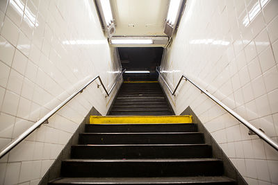 Escalier vu de dessous dans une station de métro la nuit, Manhattan, New York USA / Stairs seen from below in a subway statio...