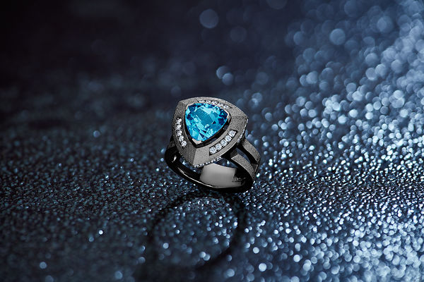 A still life photography studio in Switzerland specializing in high jewellery .Philippe Sautier still Photographer
