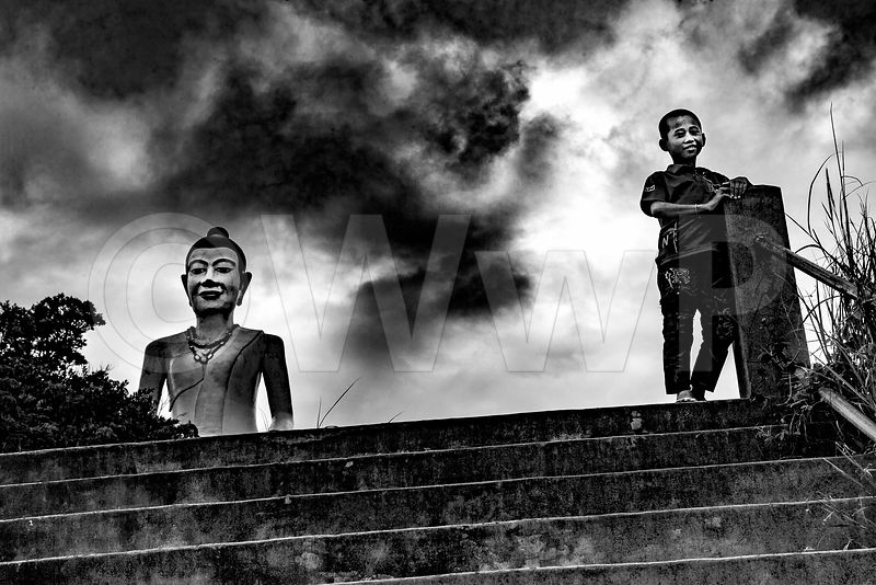 WW_P8362-Cambodia-little-boy-and-Buddha-Bokor