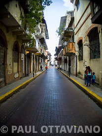 Warped Vanishing Point on Avenida B, Casco Antiguo | Paul Ottaviano Photography