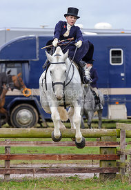 Chloe Edgar jumping a hunt jump