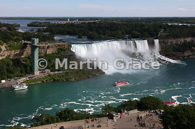 American and Bridal Veil Falls with Goat Island (USA) beyond and the Niagara River (foreground), Niagara Falls, New York, USA