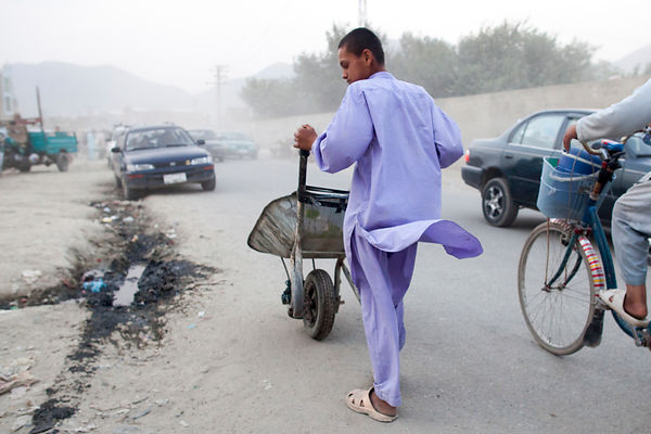 Bashir 13 ans pousse sa brouette dans une rue de Kaboul, Afghanistan / Bashir 13 years-old pushing his wheelbarrow in a stree...