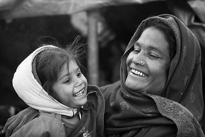 Femme des rues et sa fillette riant Kathmandou Népal / Street woman and girl laughing Kathmandu Nepal