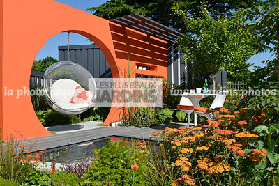Jardin contemporain, terrasse : Mobilier de jardin : chaise bulle suspendue (Collection Bubble Chairs, Designer : Eero Aarnio...