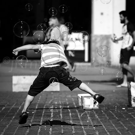 Street Photo - L'Enfant bulle