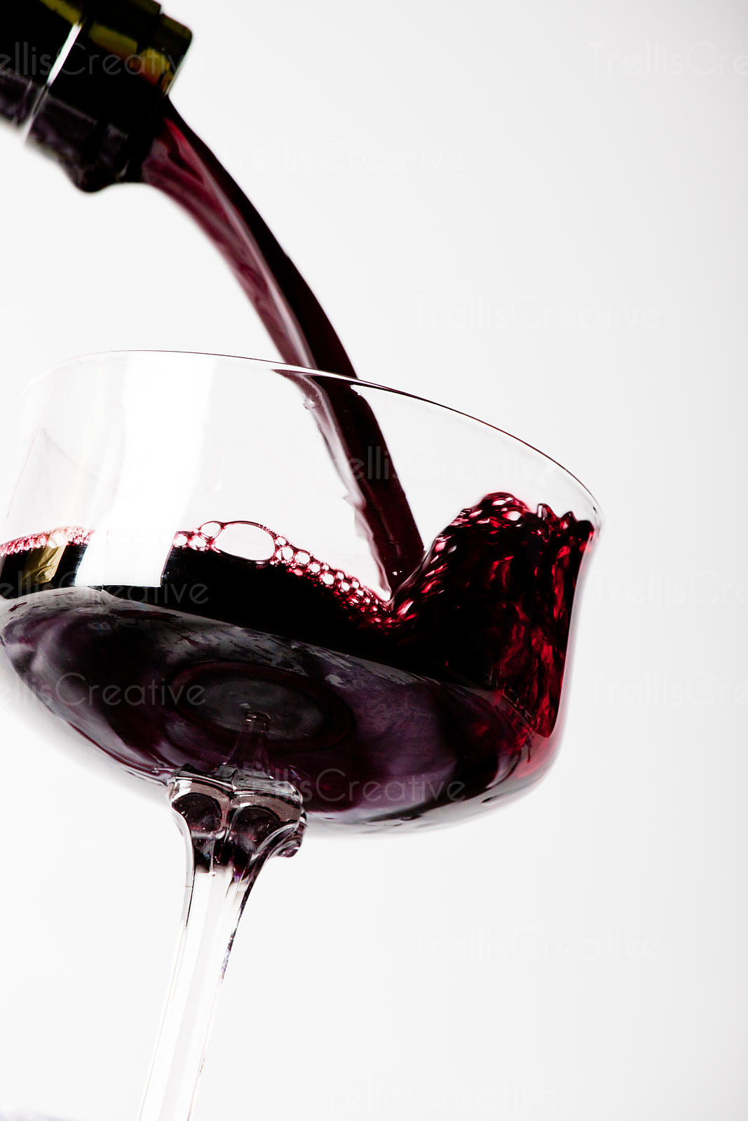 Quickly filling a shallow wine glass with red wine