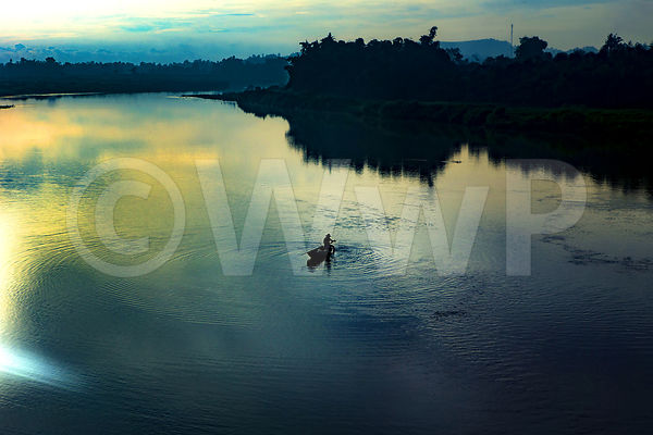 _W_P0262-Vietnam-man-on-the-river-at-morning
