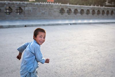Enfant courant sur un pont à Kaboul, Afghanistan / Child running on a bridge in Kabul, Afghanistan