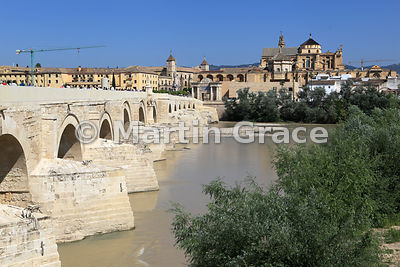 The Puente Romano (Roman bridge) over the Rio Guadalquivir, Cordoba, Andalusia, Spain, with the Mezquita mosque behind